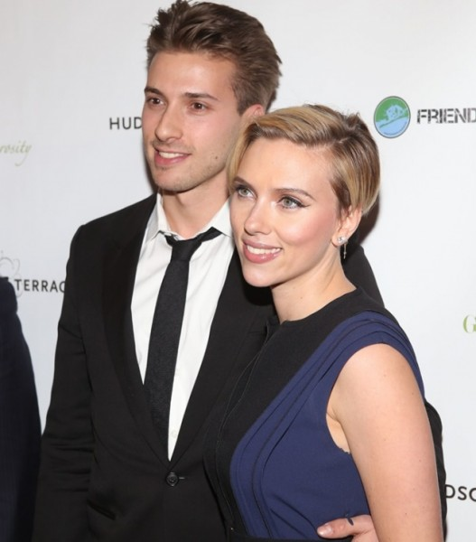 17805660-R3L8T8D-650-Scarlett-Johansson-with-Twin-Brother