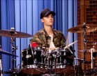 150902_2899741_justin_bieber_and_questlove_drum_off