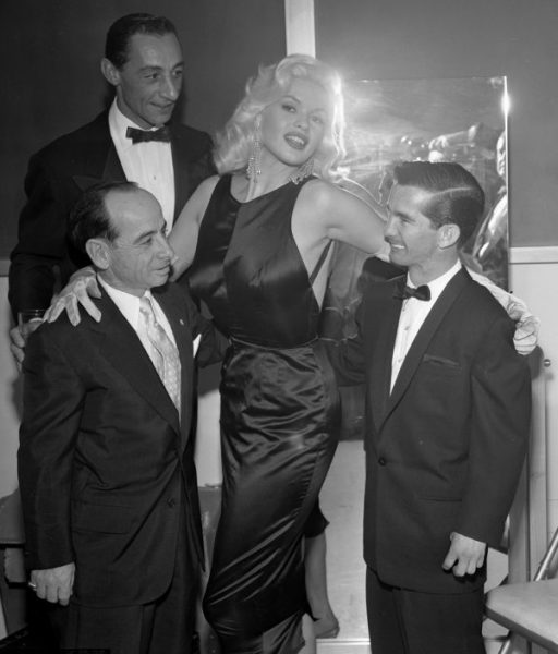 jayne_mansfield_with_jockeys_in_1957